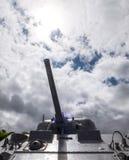 Canhão do tanque sobre o céu nebuloso Fotos de Stock Royalty Free