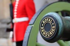 Canhão e protetor nos arsenais reais na torre de Londres, Londres, Reino Unido Foto de Stock