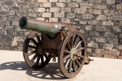 Canhão na frente do castelo de San Gabriel em Arrecife Ilhas Canárias de Lanzarote foto de stock royalty free