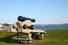 Canhão no porto Imagens de Stock
