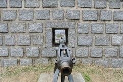 Canhão que aponta através da parede imagem de stock royalty free