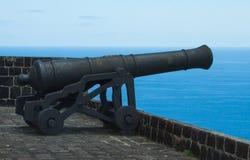 Canhão que indica ao mar em muralhas no forte do enxofre, St Kitts 26 de abril de 2013 fotografia de stock