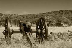 Canhão que negligencia o campo de batalha de Gettysburg fotos de stock