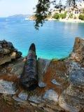 Canhão que olha sobre a baía de Skiathos imagens de stock royalty free