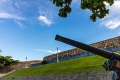 Canhão velho com céu azul e as nuvens brancas no fundo imagens de stock royalty free