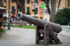 Canhão velho do ferro como uma escultura no parque da cidade de Santa Magherita Liguge, Itália Foto de Stock Royalty Free