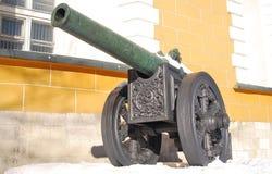 Canhão velho mostrado no Kremlin de Moscou Fotos de Stock