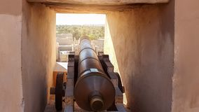 Canhões de Omã da cidade de Nizwa imagem de stock