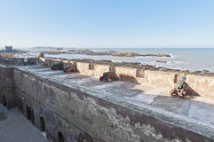 Canhões defensivos em Essaouira, Marrocos da parede Imagem de Stock