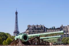 Canhões e torre Eiffel Fotografia de Stock Royalty Free