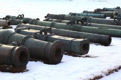 Canhões velhos na neve Fotografia de Stock