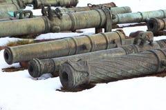 Canhões velhos no close up da neve Foto de Stock Royalty Free