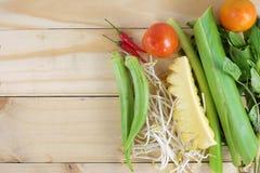 Canh Chua, ingrédients doux et aigres vietnamiens de soupe image stock