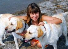 Cani della ragazza due Fotografie Stock Libere da Diritti