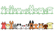 Cani e gatti in una fila con lo spazio della copia Fotografie Stock Libere da Diritti
