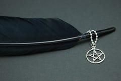 Canilla de la pluma y collar negros del pentáculo Imagen de archivo libre de regalías