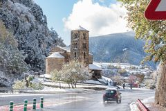 Canillo, Andorra 1º de novembro de 2018: Neve em Sant Joan de Caselles Church em Canillo Velinos do la de Andorra, Andorra imagem de stock