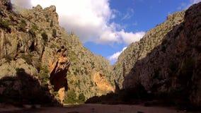 Canion in de bergen van Mallorca stock video