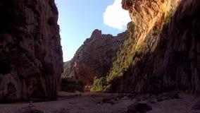 Canion in de bergen van Mallorca bij zonsondergang stock videobeelden