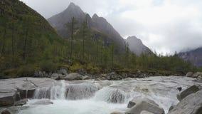 Canion op de rivier Middensakukan in Oostelijk Siberië stock videobeelden