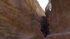 Canionvloer op de manier aan Petra stock videobeelden