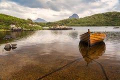 Canisp und Suilven vom Loch Druim Suardalain lizenzfreie stockbilder