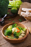 Canja de galinha com brócolis, as ervilhas verdes, as cenouras e o aipo Fotos de Stock Royalty Free