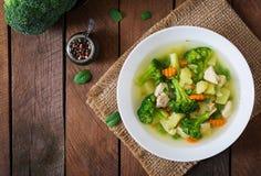 Canja de galinha com brócolis, as ervilhas verdes, as cenouras e o aipo Imagens de Stock Royalty Free