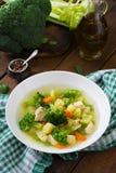 Canja de galinha com brócolis, as ervilhas verdes, as cenouras e o aipo Foto de Stock Royalty Free