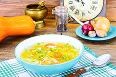 Canja de galinha com brócolis, cenouras e aipo, abóbora e macarronetes Fotografia de Stock
