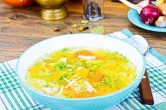 Canja de galinha com brócolis, cenouras e aipo, abóbora e macarronetes Imagens de Stock Royalty Free