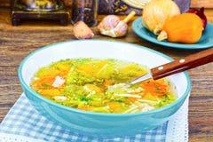 Canja de galinha com brócolis, cenouras e aipo, abóbora e macarronetes Fotografia de Stock Royalty Free