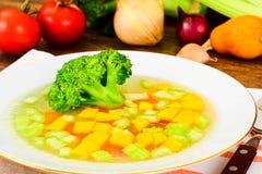 Canja de galinha com brócolis, cenouras e aipo, abóbora e Nood Foto de Stock Royalty Free