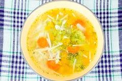 Canja de galinha com brócolis, cenouras e aipo, abóbora e Nood Fotografia de Stock Royalty Free