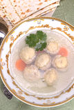 Canja de galinha com Kneidlach (cápsulas do Matzah) foto de stock royalty free