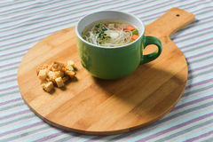 Canja de galinha com vegetais e macarronetes Imagens de Stock