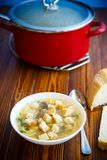 Canja de galinha quente com macarronetes caseiros e pão torrado Imagem de Stock