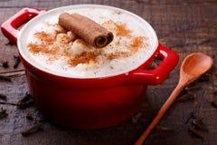 Canjica brasiliano del dessert di cereale bianco con cannella Immagine Stock