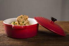 Canjiquinha do prato ou egua brasileiro do pela na bacia vermelha Fotografia de Stock