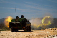 Canjuers,法国,大约2011年 AMX-10坦克的军团在生火期间 免版税库存照片