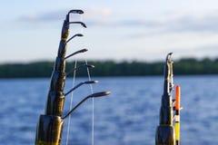 Canna da pesca con il primo piano del galleggiante e della linea Canna da pesca nel supporto di barretta in peschereccio dovuto i immagine stock