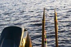Canna da pesca con il primo piano del galleggiante e della linea Canna da pesca nel supporto di barretta in peschereccio dovuto i immagini stock