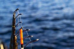 Canna da pesca con il primo piano del galleggiante e della linea Canna da pesca nel supporto di barretta in peschereccio dovuto i fotografie stock libere da diritti