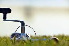Canna da pesca su erba Fotografia Stock