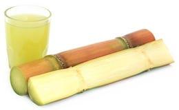 Canna da zucchero con succo fotografia stock