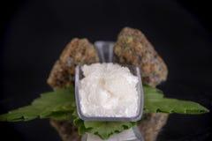 Cannabidiol kryształ aka CBD, medyczny marihuany tło zdjęcie stock