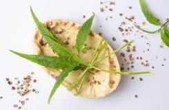 Cannabis kruiden natuurlijke zeep met bladeren royalty-vrije stock afbeeldingen