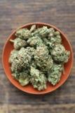 Cannabis médicinal dans une cuvette d'argile photos stock