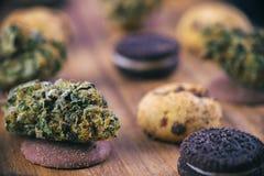 Cannabis nugs over gegoten medische chocoladeschilferskoekjes - breng in de war stock afbeelding