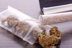 Cannabis sec sur le papier de roulement avec le filtre photos libres de droits